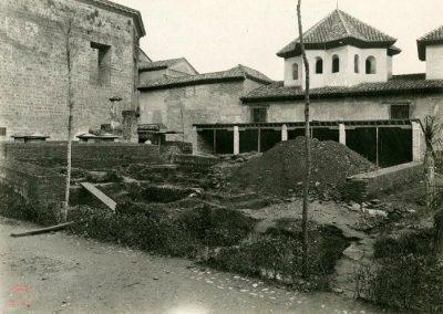 Excavaciones sacando restos humanos en la Rauda de la Alhambra