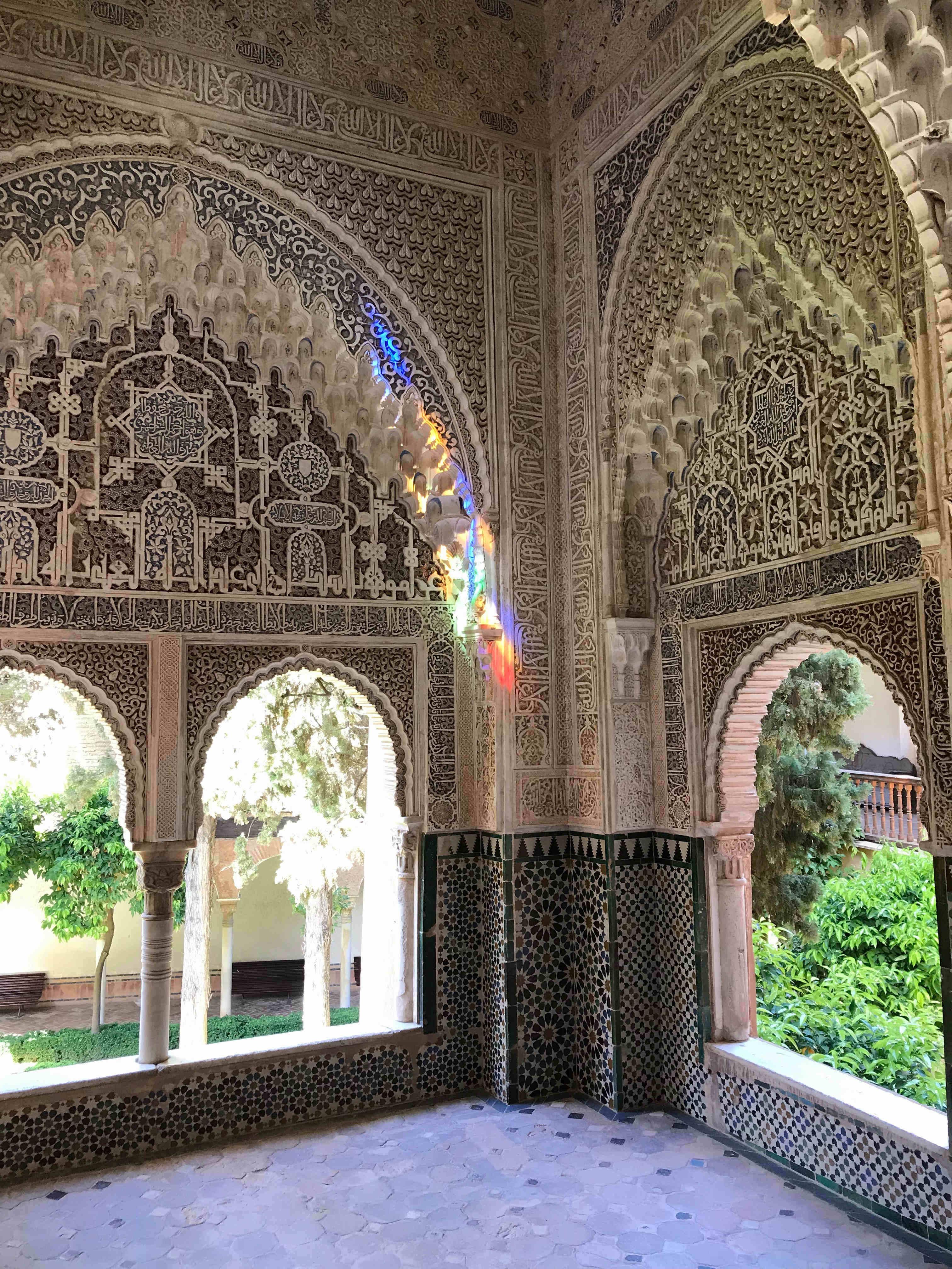 Decoración interna de los palacios de la Alhambra con yesos, estuco, azulejos y cristales de colores