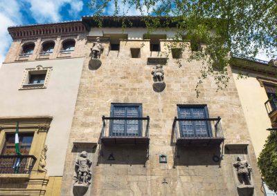 Fachada de la Casa de los Tiros con cinco esculturas y dos balcones
