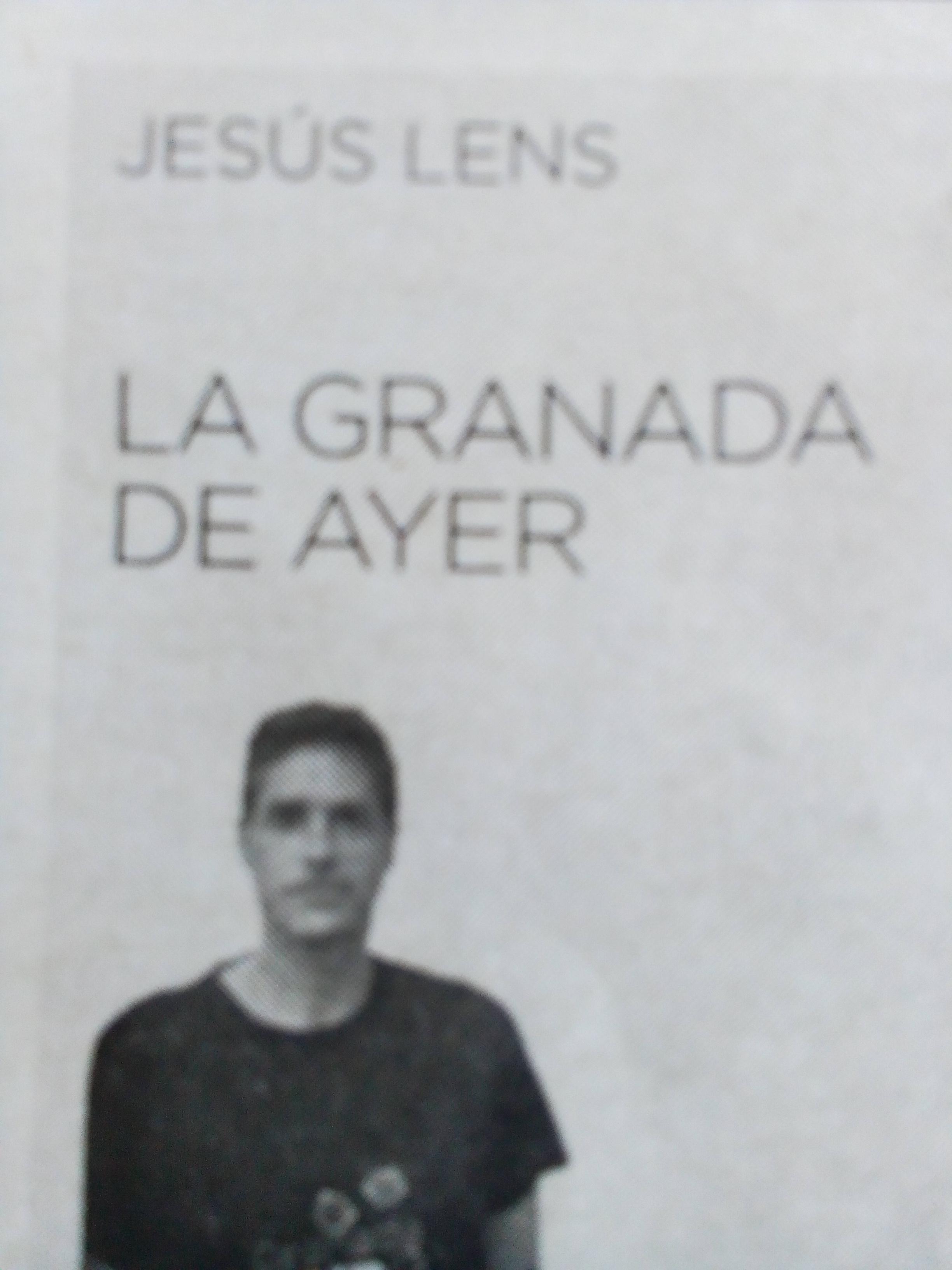 Foto hombre, Jesús Lens periódico en blanco y negro