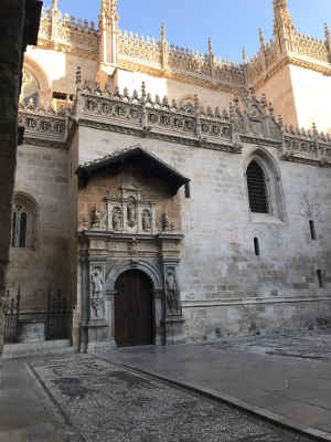 Fachada de una iglesia con decoración gótica
