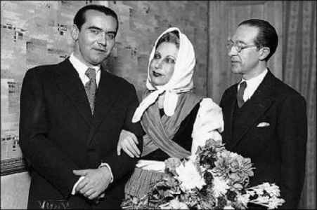 Foto en blanco y negro de 3 personas, una mujer en el centro con un pañuelo blanco en la cabeza, y dos hombres a los lados, uno de ellos es Federico García Lorca