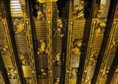Visión completa del techo de madera de la Cuadra Dorada en la Casa de los Tiiros. Se ven muchos personajes vinculados con Granada, su rostro y escrita junto a ellos su historia