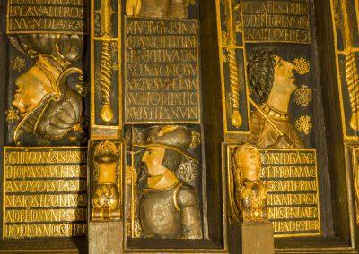 Techo de madera con casetones dorados y en cada uno un personaje vinculado con la historia de Granada