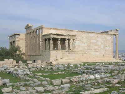 Escalinata encima de la cual hay un templo griego con mujeres o cariátides como columnas soportándolo