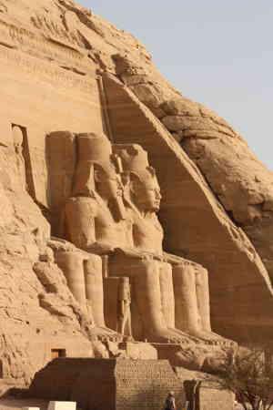 Esculturas gigantes de piedra en el desierto, Egipto en Abu Simbel