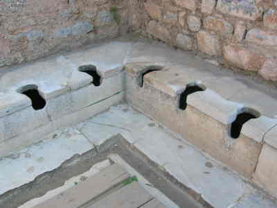 Losa de mármol con agujeros donde la gente se sentaba en Roma para ir a las letrinas, retretes o baños