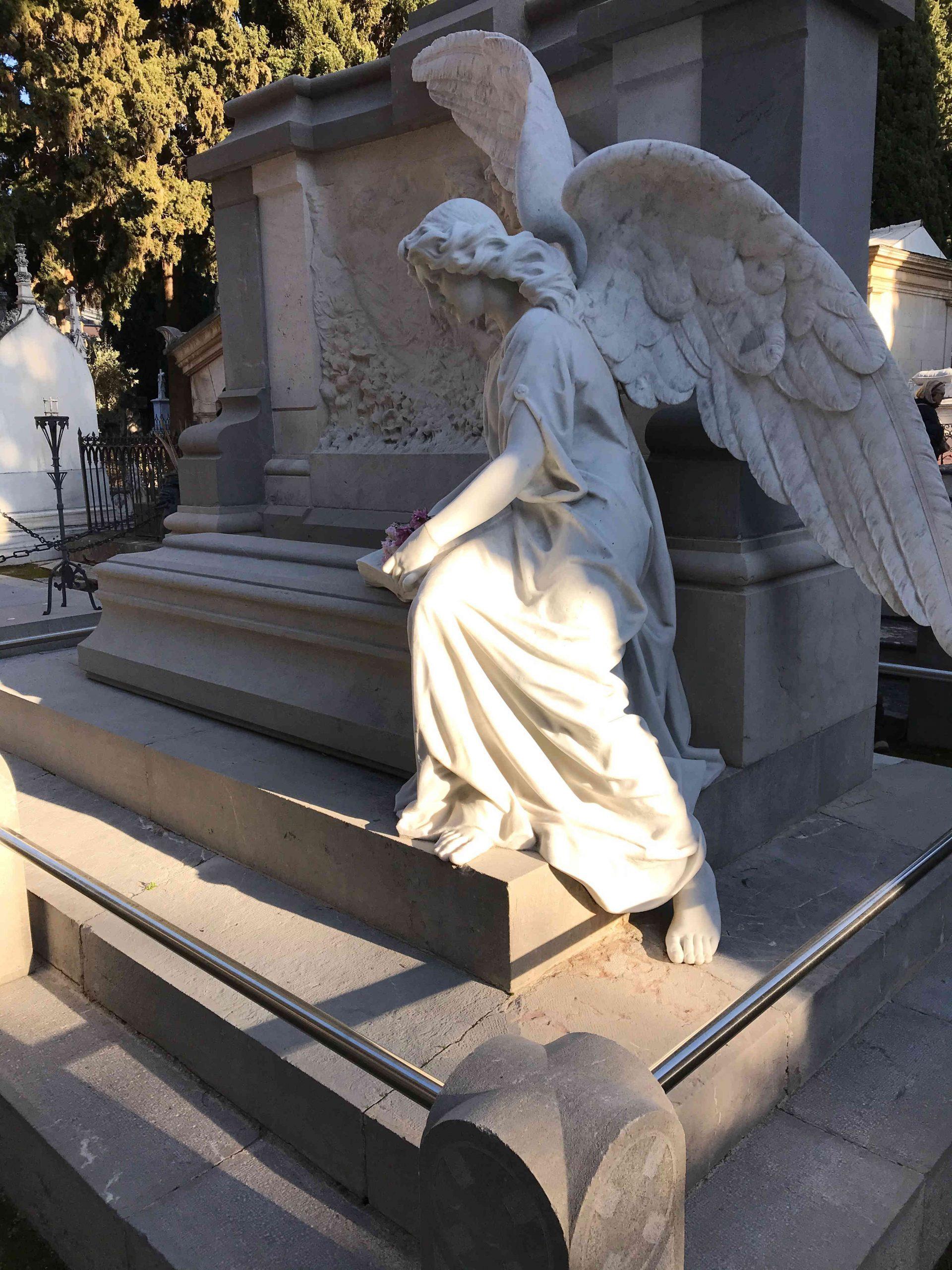 Tumba de mármol y en una de sus esquinas un ángel alado también de mármol